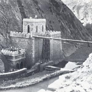 El Puente de Hierro, la caseta del guarda y la presa asociada.
