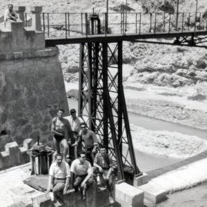 Amigos posando junto al Puente de Hierro