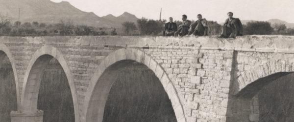 Grupo sentado sobre la acequia del acueducto. Primeros de los 40.