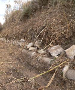 Fragmentos de piedra labrada pertenecientes a la antigua acequia de la Acequiecica .