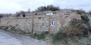 Restos del molino de Quincoces junto al camino.