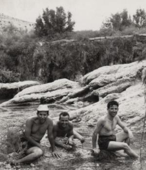 Bañistas bajo de Rafa del Cequión, situada frente al castillo. Junio de 1961.