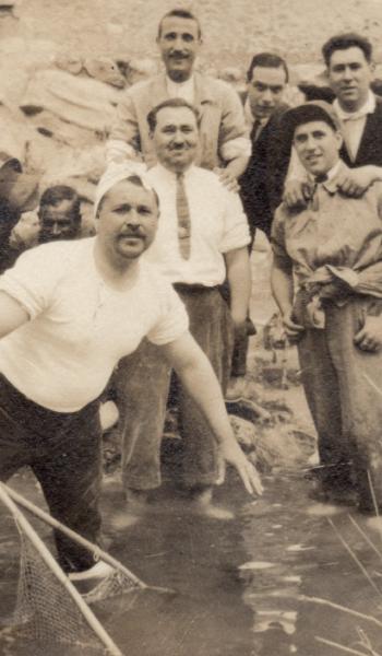Amigos pescando en las charcas cercanas al Molino Caraseta. Años 30.