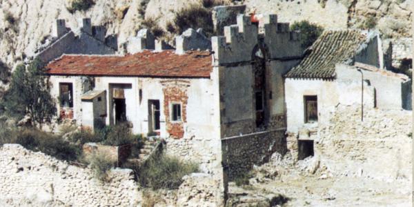 """Ruinas de la """"Fábrica de la Luz"""". Adosado a su derecha, el Molino de Caraseta."""