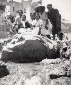 """Excursionistas en el Vinalopó. Tras ellos la """"Fábrica de la Luz"""" ya en ruinas. Hacia 1940"""